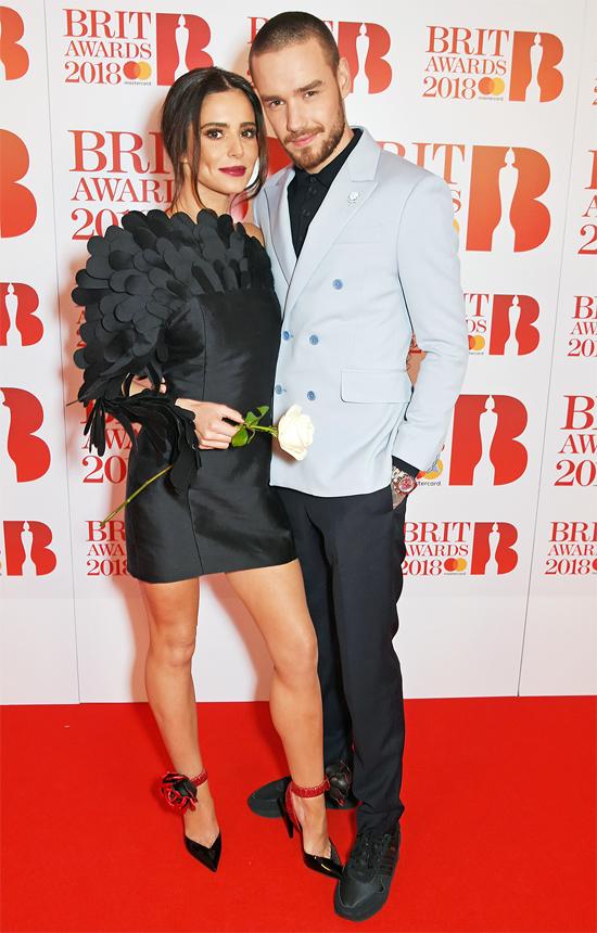 Cheryl Cole và Liam Payne đúng nghĩa là một cặp cô - trò khi họ gặp nhau lần đầu tại cuộc thi X-Factor năm 2008. Lúc đó, Cheryl là nữ giám khảo xinh đẹp vạn người mê còn Liam là cậu bé 14 tuổi, chân ướt chân ráo đến dự thi. Liam từng thú nhận đã phải lòng cô giáo từ ngày đó nhưng đến năm 2016 anh mới có cơ hội chinh phục trái tim Cheryl khi cô vừa ly hôn người chồng thứ hai.Tình yêu của hai người khiến nhiều fan bất ngờ vì khoảng cách 10 tuổi. Tuy nhiên cách họ nhìn nhau tình tứ, quấn quýt không rời và đắm chìm trong hạnh phúc khiến mọi người đều ngưỡng mộ. Tháng 3/2017, trái ngọt tình yêu của cặp sao là bé Bear chào đời. Chàng trai của nhóm One Direction đã rất vui sướng khi được lên chức bố ở tuổi 23.Tuy nhiên, những rạn vỡ cũng bắt đầu nảy sinh khi Cheryl và Liam bước vào cuộc sống gia đình, con mọn. Nữ ca sĩ 34 tuổi thích tổ ấm bình yên bên con trai bé bỏng trong khi Liam vẫn muốn bay nhảy bên ngoài để phát triển sự nghiệp ca hát. Tình yêu say đắm dần cũng không thể níu giữ nổi hai con người có suy nghĩ và lối sống khác hẳn nhau. Ngày 2/7, sau một thời gian dài trục trặc, Cheryl và Liam đã chính thức thông báo chia tay sau hơn hai năm gắn bó.