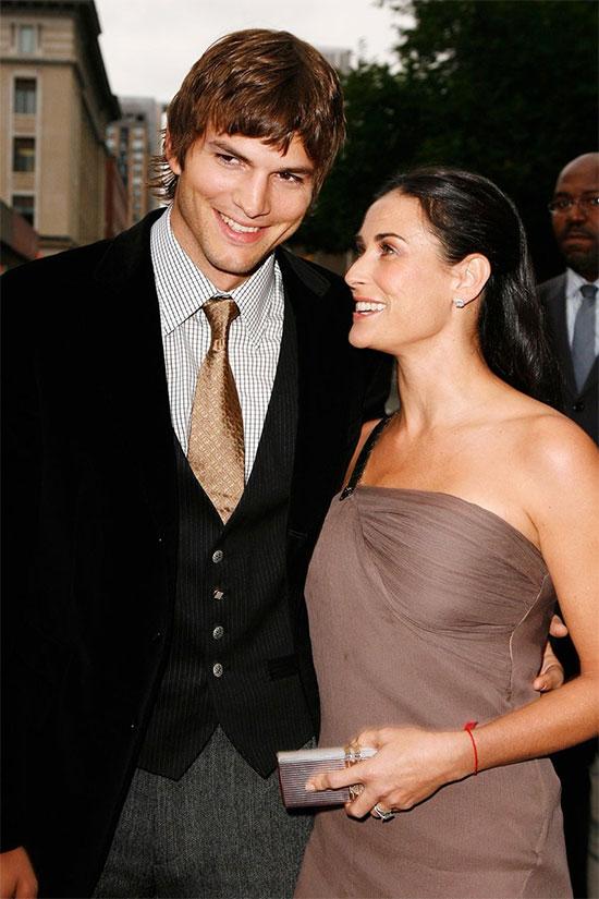 Demi Moore và tài tử Ashton Kutcher cũng đã có một mối tình nổi tiếng một thời. Cặp sao chênh nhau 15 tuổi hẹn hò từ năm 2003 sau khi Demi ly hôn tài tử Bruce Willis. Đám cưới rình rang của Demi và phi công trẻ được tổ chức hai năm sau đó. Ban đầu các cô con gái của Demi phản đối cuộc hôn nhân của mẹ vì bố dượng quá trẻ nhưng cuối cùng họ đã chấp nhận Ashton Kutcher bởi tình yêu mãnh liệt của mẹ. Ashton cũng luôn có thừa sự lãng mạn và si mê dành cho người vợ xinh đẹp bậc nhất ở Hollywood. Demi từng tiết lộ rằng Ashton luôn viết thư tình cho cô và giấu ở khắp nơi trong nhà trong suốt cuộc hôn nhân mặn nồng của họ.Tuy nhiên sự khác biệt ngày càng lớn dần khi nữ diễn viên Hồn ma xuống sắc trông thấy ở tuổi U50 còn Ashton ngày thêm phong độ và thành công trong sự nghiệp. Năm 2011, Demi phát hiện chồng qua đêm với một người mẫu nóng bỏng. Demi vô cùng suy sụp và quyết định đệ đơn ly hôn. Cô phải đi điều trị tâm lý và mất một thời gian dài mới vực dậy nổi cú sốc phản bội của người chồng trẻ.