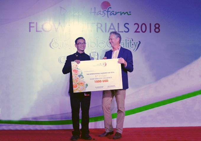 Andy nhận giải từ đại diện Công ty Dalat Hasfarm