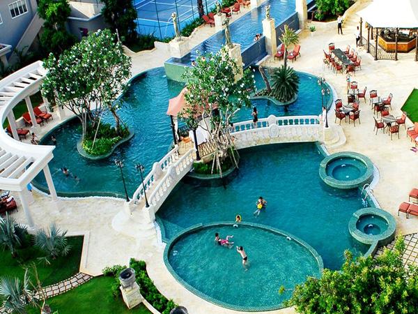 Khách sạn có hồ bơi và bãi biển riêng, cho bạn và người thân thỏa sức thư giãn, vui chơi.