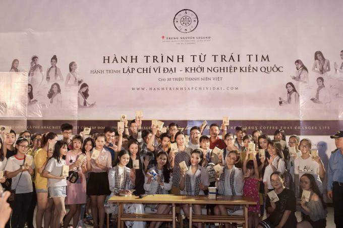 Các Hoa hậu, Á hậu cùng Trung Nguyên Legend tặng 50.000 sách quý đổi đời ở Nha Trang (em xin edit) - 7
