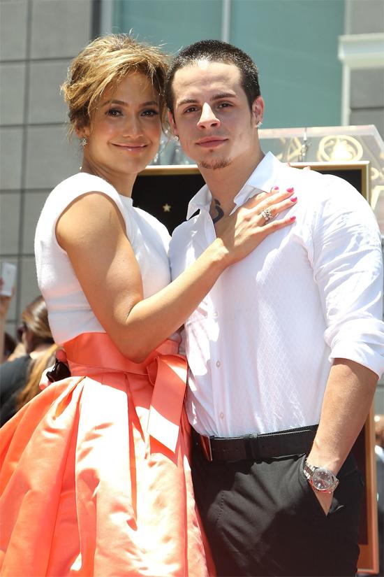 Jennifer Lopez hẹn hò chàng vũ công trẻ Casper Smart khi mới ly hôn nam ca sĩ Marc Anthony năm 2011. Ai cũng cho rằng J.Lo cặp với anh chàng kém cô 18 tuổi chỉ để lấp chỗ trống con tim còn Casper ham mê danh tiếng và tiền bạc của nữ ca sĩ nhạc pop. Nhưng thời gian trôi qua, sự chân thành và tận tâm của Casper Smart dành cho Jennifer đã chứng minh cho tình yêu đích thực. Trong những năm tháng bên nhau, Jennifer luôn hết lời ca ngợi Casper Smart và tin tưởng vào tình cảm của người tình trẻ. Tuy nhiên, dường như J.Lo vẫn bất an vào tương lai xa hơn và không bao giờ đề cập tới một đám cưới với Casper Smart. Năm 2014, Casper bị đồn cặp với một người đẹp chuyển giới. Dù Casper phủ nhận tin đồn nhưng mối tình của anh và J.Lo đã rạn vỡ. Họ chia tay vào tháng 6/2014 và sau đó tái hợp vào đầu năm 2015. Đến hè 2016, Jennifer và bồ trẻ chính thức kết thúc mối quan hệ. Hiện tại, giọng ca On the Floor đã có người yêu mới là cầu thủ bóng chày Alex Rodriguez kém cô 5 tuổi.