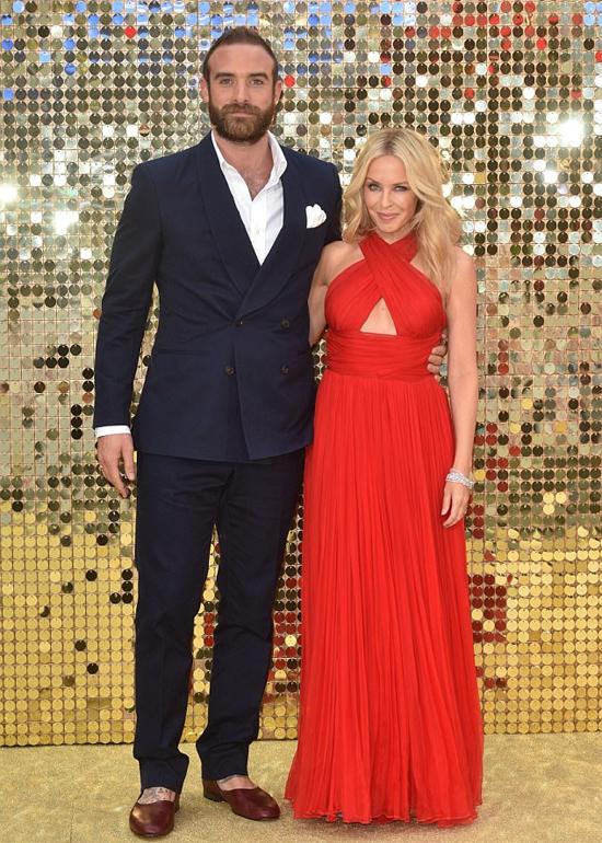 Nữ ca sĩ Kylie Minogue hẹn hò nam diễn viên kém cô 18 tuổi, Joshua Sasse, từ năm 2014. Đến tháng 2/2016, người tình trẻ quỳ gối cầu hôn Kylie và nhận được cái gật đầu đồng ý của cô. Tuy ít hơn nữ ca sĩ Australia rất nhiều tuổi nhưng Joshua luôn tỏ ra là người đàn ông chững chạc, yêu chiều bạn gái. Cặp sao từng nhận được rất nhiều lời tán dương về tình yêu lãng mạn dành cho nhau.Tuy nhiên, một cái kết đẹp như trong phim đã không diễn ra. Thay vào đó, Kylie Minogue hủy hôn trong tức tưởi khi phát hiện vị hôn phu tán tỉnh nữ bạn diễn Marta Milans vào cuối năm 2016. Kylie suy sụp một thời gian dài và phải đến Thái Lan nghỉ ngơi để hàn gắn vết thương lòng. Đó thực sự là khoảng thời gian khủng hoảng đáng sợ đối với tôi, nữ ca sĩ 49 tuổi bộc bạch trong cuộc phỏng vấn vào đầu năm nay.