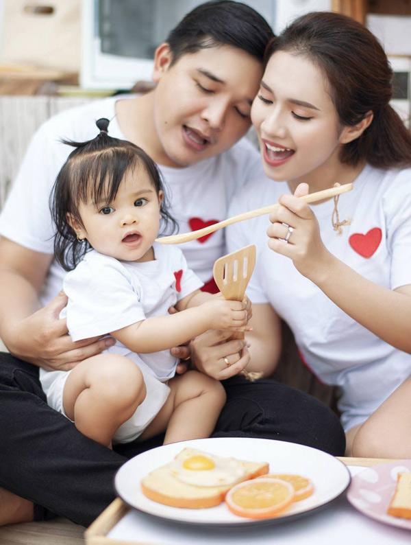 Bé Sâm thừa hưởng nhiều nét của bố. Võ Thanh Hòa rất mãn nguyện vì cưới được bà xã xinh đẹp và có con gái đầu lòng bụ bẫm, đáng yêu.
