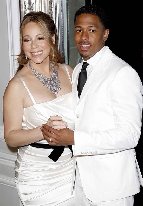 Mariah Carey và Nick Canon từng viết lên câu chuyện tình lãng mạn ở Hollywood khi trúng sét ái tình trên trường quay MV năm 2008 và kết hôn chỉ sau 2 tháng hẹn hò. Diva Mỹ đã bất chấp mọi lời dị nghị rằng cô yêu mù quáng và cưới vội cưới vàng khi chưa tìm hiểu kỹ chàng trai kém mình tới 10 tuổi. Nhưng theo thời gian, Nick Cannon đã chứng minh Mariah không đặt trái tim nhầm chỗ vì anh hết sức yêu thương và chăm sóc cho cô.Năm 2012, vợ chồng Mairah chào đón cặp song sinh một trai một gái bụ bẫm. Tình yêu như nhân tư và cuộc sống hôn nhân càng thêm mặn nồng. Mỗi năm sau đó, Nick Cannon đều tổ chức đám cưới lại rất hoành tráng khiến Mariah hạnh phúc ngất ngây.Nhưng cuộc sống viên mãn ấy cũng không thể kéo dài mãi mãi vì Nick Cannon ngày càng bận rộn với công việc và thiếu thời gian dành cho gia đình. Năm 2014,