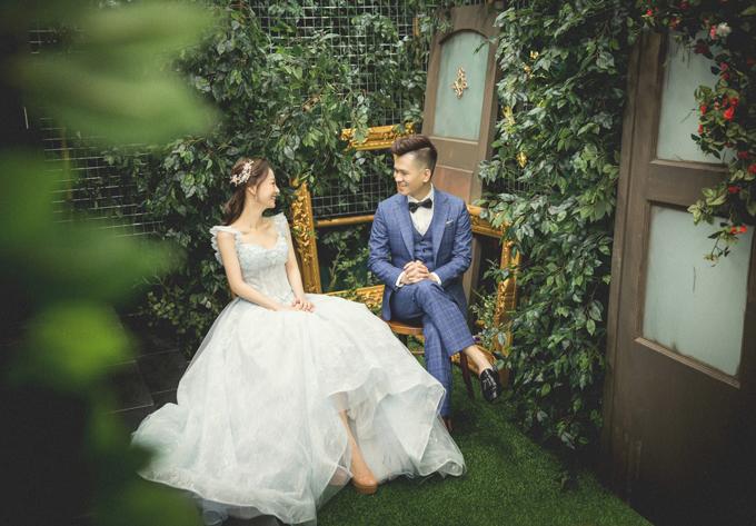 Thay vì chọn lựa ekip và bối cảnh chụp hình cưới ở Việt Nam, Vy Võ đã chọn ekip người nước ngoài để chụp ảnh cưới tại Singapore.