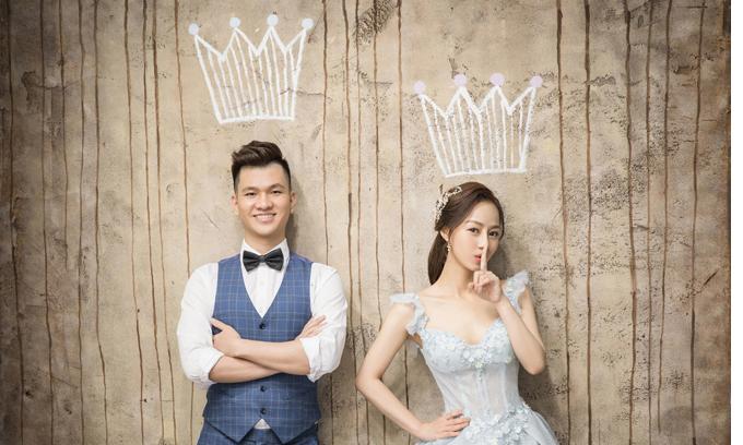 Do ekip đến từ Hàn Quốc nênbối cảnh chụp hình và phong cách makeup đều mang phong cách Hàn Quốc, đơn giản và có nét cổ điển.Uyên ương cần về Việt Nam sớm để tổ chức lễ cưới, vì vậy họ quan tâm nhiều đến thời hạn lấy ảnh, chất lượng ảnh.