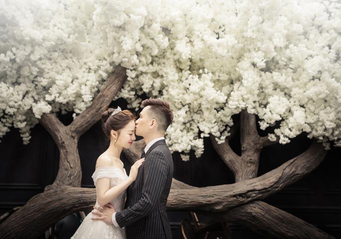 Bộ hình được thực hiệntừ 9h sáng đến 15h chiều. Theo Vy Võ, bí quyết chụp hình cưới chân thựclà thoải mái trò chuyệnvà thể hiện tình cảm tự nhiên.