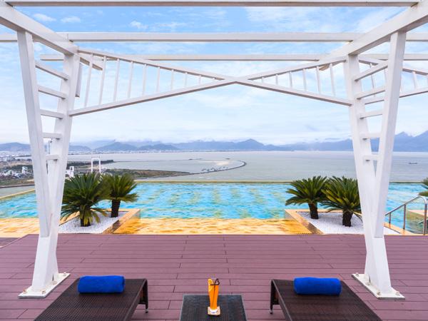 Bên cạnh đó, du khách được trải nghiệm hồ bơi dát vàng độc đáo tại Citadines Blue Cove Đà Nẵng. Giá phòng nơi đây từ 1,89 triệu đồng đến 4,19 triệu đồng một đêm.