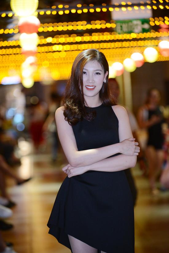 Hoa hậu Áo dài 2018 Phí Thuỳ Linh xuất hiện một mình mà không có ông xã tháp tùng.