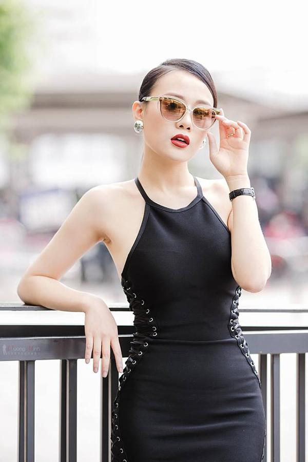 Phương Oanh sinh năm 1989, từng có nhiều năm làm người mẫu chuyên nghiệp trước khi bước sang con đường đóng phim. Cô được khán giả biết tới qua các phim Hoa bay, Ngược chiều nước mắt, Lặng yên dưới vực sâu... Sở hữu số đo ba vòng88-62-93, Phương Oanh thường chọn những bộ cánh bó sát để khoe tối đa lợi thế cơ thể. Tuy nhiên, vì thể hiện các vai hiền lành, chân chất hoặc xuất thân nghèo khó nên nữ diễn viên thường được các đạo diễn yêu cầu mặc trang phục rộng, không được để lộ dáng khi đóng Ngược chiều nước mắt hay Lặng yên dưới vực sâu.