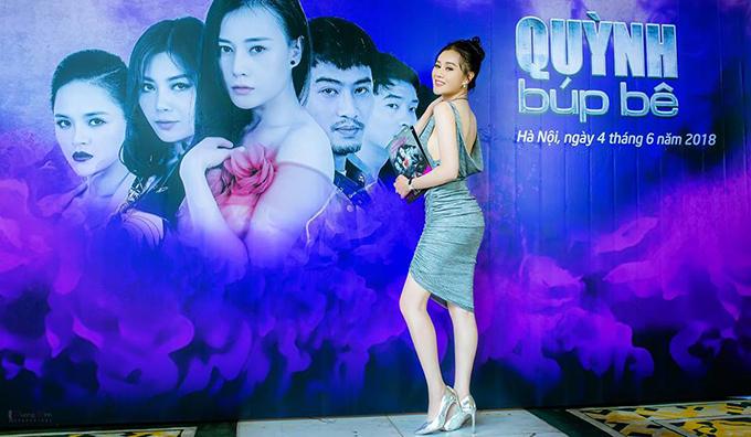 Phương Oanh khoe vóc dáng gợi cảm với trang phục bó sát, sở trọn lưng trần tại buổi họp báo ra mắt phim Quỳnh búp bê tại Hà Nội.