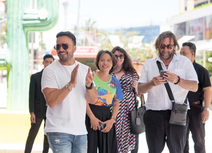 Sáng 4/7, ca sĩ Luis Fonsi (áo trắng, bên trái)có buổi gặp gỡ truyền thông đầu tiên để giới thiệu cho phần trình diễn của mình trong khuôn khổ một lễ hội âm nhạc tại Đà Nẵng. Anh diện áo trắng, quần jean giản dị và luôn nở nụ cười thân thiện với các khán giả Việt Nam. Trước đó, lịch trình đến Việt Nam của chủ nhân bài hát đình đámDespacito được giữ kín.