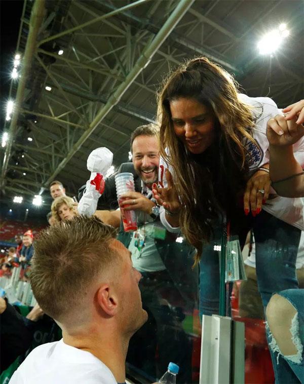 Tiền đạo vào sân thay người Jamie Vardy ăn mừng cùng bà xã Rebekah và các con.