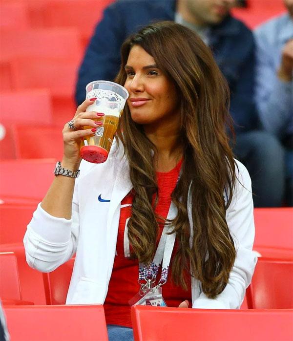 Bà xã Jamie Vardy thoải mái giải khát trước trận đấu. Rebekah lớn tuổi nhất trong dàn WAGs tuyển Anh ở Nga 2018.