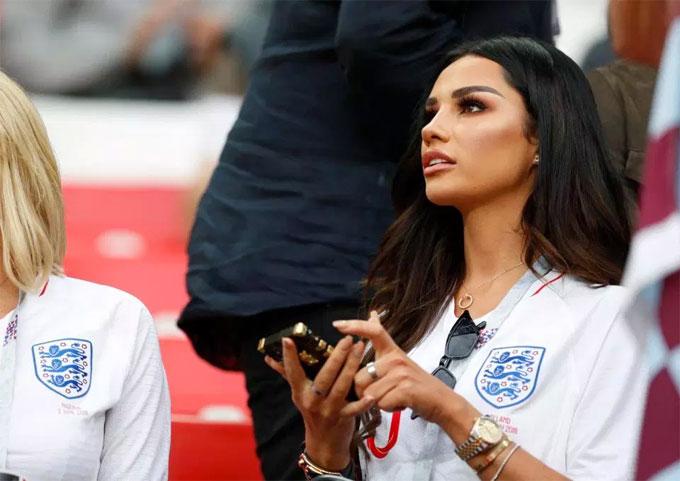 Ruby Mae từng gây sốt khi xuất hiện ở Euro 2016 cổ vũ tiền vệ Anh. Năm nay, hai người vui hơn khi Tam sư đi sâu vào giải đấu ở Nga.