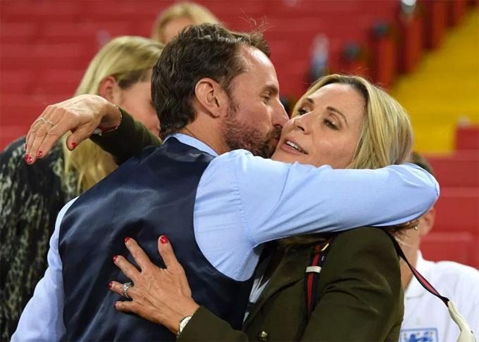 HLV Southgate và vợ Alison ôm nhau sau chiến thắng lịch sử.