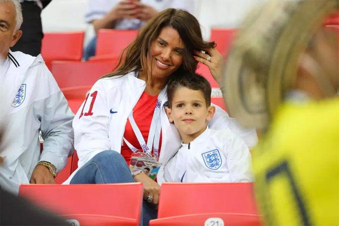 Trên khán đài, WAGs tuyển Anh có mặt khá đông chứng kiến trận đấu. Trong ảnh là vợ tiền đạo VardyRebekah và con trai.