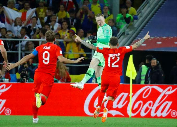 Các đồng đội chạy tới chia vui với thủ môn Anh.
