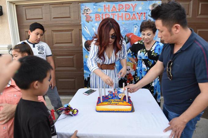 Trizzie và Bằng Kiều cùng làm tiệc hoành tráng ở ngoài trời cho cậu út. Cả hai cònmờiđông đảo người thân, bạn bè của cậu nhócđến chúc mừng Kenzi tròn 7 tuổi.