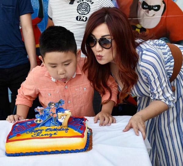Vì Kenzi rất mê siêu nhân nên Trizzie đã đặt cho con trai chiếc bánh có hình cả gia đình siêu nhân trong bộ phim hoạt hình nổi tiếng The Incredibles.