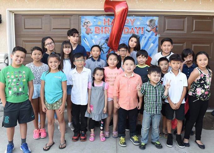 Đông đảo bạn bè của Kenzi đã đến dự tiệc sinh nhật ngoài trời.