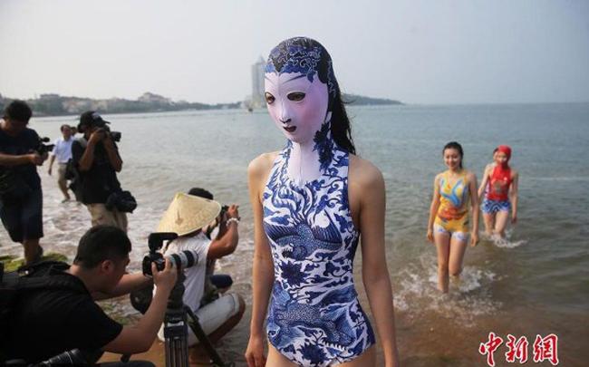 Bãi biển Trung Quốc ngập người mặc bikini đeo mặt nạ vì nắng nóng - 3