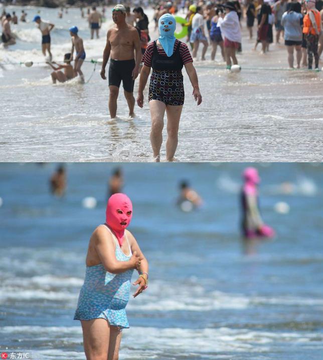 Dù mặc bikini mát mẻ, các bà, các côvẫn không quên đeo mặt nạ. Ảnh: China Daily.