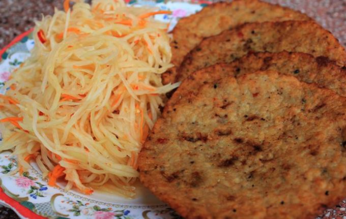Món chả cá Hà Tiên đặc biệt ở chỗ ăn kèm đu đủ bào thành sợi mỏng.