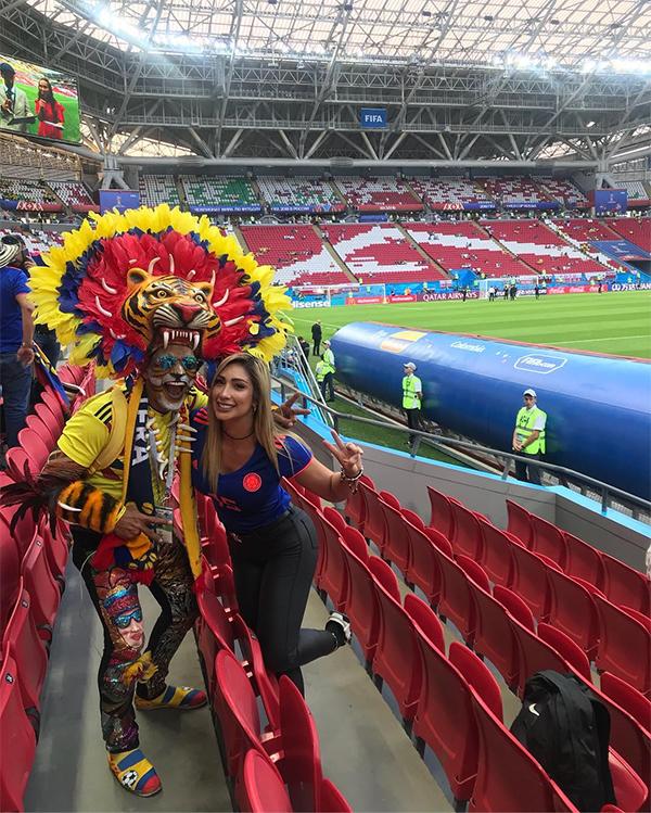 Cô cùng với các CĐV khuấy động bầu không khí trên khán đài trong các trận đấu của tuyển Colombia.