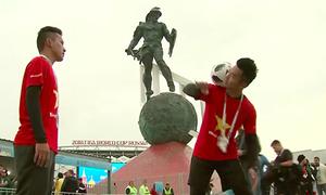 Hai chàng trai Việt Nam biểu diễn tâng bóng nghệ thuật ở World Cup