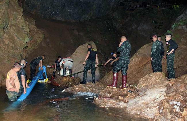 Đội bóng nhí được dạy lặn khẩn cấp vì lo sợ mưa lũ dâng cao