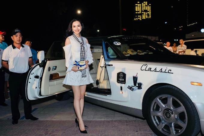 Á hậu Hoàng My nhận nhiều lời khen về nhan sắc sau một năm vắng bóng showbiz vì vạ miệng khi so sánh bão số 12 và Hoa hậu Hoàn vũ Việt Nam trên Facebook.