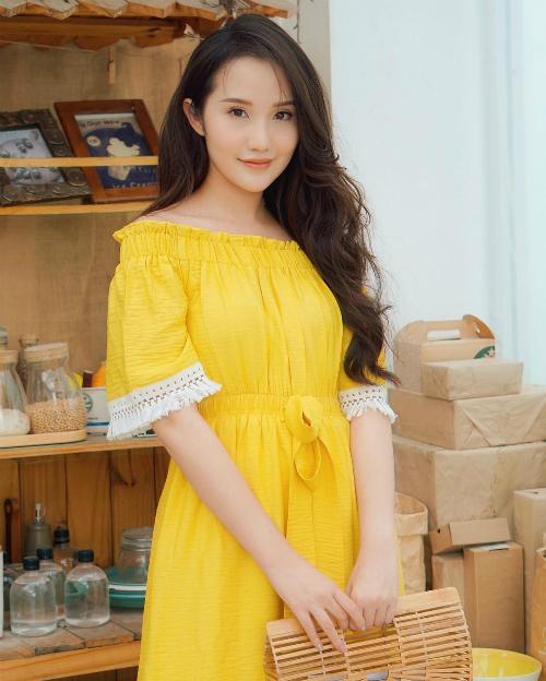 Primmy Trương- bạn gái thiếu gia Phan Thành đẹp hút hồn khi diện váy trễ vai với sắc vàng nổi bật.