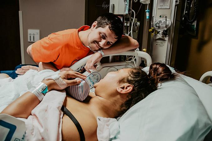 Chồng mếu máo chứng kiến vợ đau đớn khi sinh con - 7