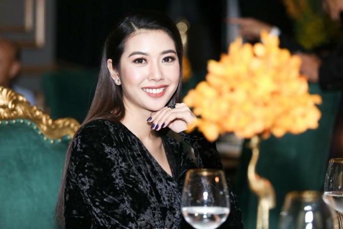 Á hậu quốc tế Thúy Vân cười tươi, khoe vẻ đẹp hút hồn. Cô hiện đang đảm nhận vai trò host tại Shark Tank Việt Nam mùa 2.