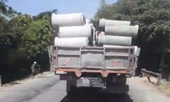 Container chở hàng chục ống cống không chằng buộc trên đường