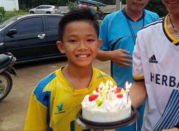Cậu bé Dom với chiếc bánh sinh nhật trong sinh nhật 13 tuổi. Ảnh: Facebook.