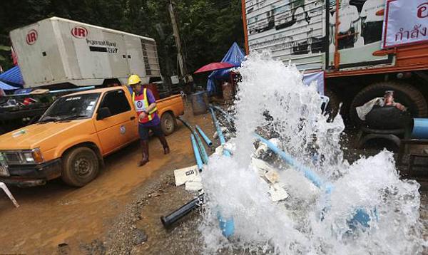 Tuy lực lượng cứu hộbơm nước ra ngoài liên tục nhưng mực nước trong hang vẫn chưa giảm là bao. Ảnh: AP.