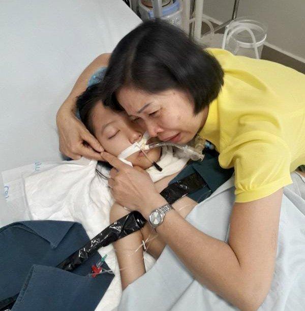 Chị Hải Vân bên con gái trong phút cuối đời của bé. (Ảnh: Vietnamnet)