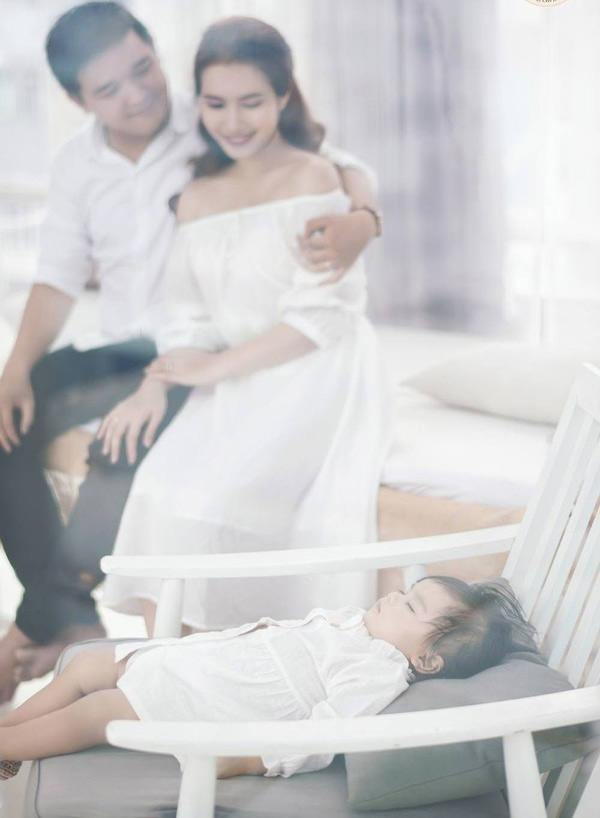 Đôi vợ chồng hạnh phúc ngắm con gái ngủ say.