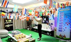 Vợ trang phí phòng khách giống sân vận động cho chồng xem World Cup