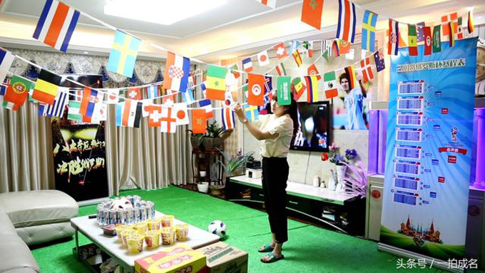 Recently, Zhengzhou, Henan Province, after the beauty Xiaorong 95 to the home to dress up a lot for her husband Xiao Zhang to create a World Cup version of the luxury ball room, people envy.