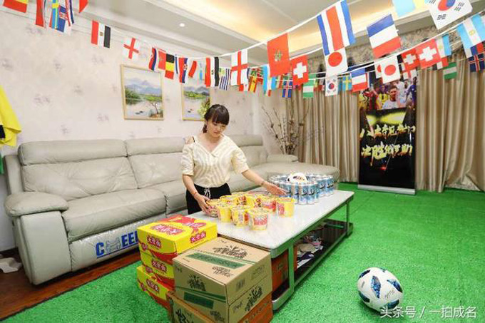 In addition, in order to let her husband watch the ball at night, she also prepared a large number of instant noodles and beer.