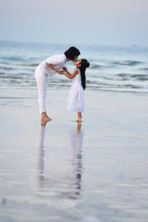 Siêu mẫu Xuân Lan chu môi tình cảm cùng gái cưngtrên biển.