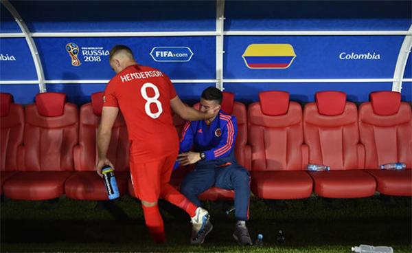Tiền vệ Jordan Henderson của tuyển Anh tới an ủi James Rodriguez sau khi ăn mừng cùng các đồng đội.