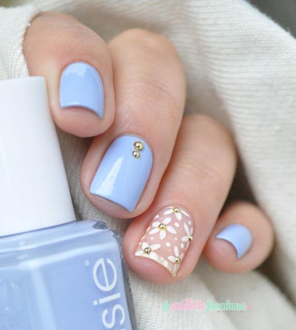 Tạo điểm nhấn cho bộ móng xanh bằng một móng vẽ hoa