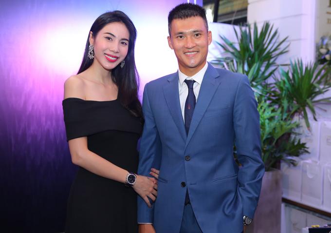 Tối 4/7 vợ chồng Thủy Tiên - Công Vinh làm khách mời trong buổi khai trương một cơ sở kinh doanh mới.