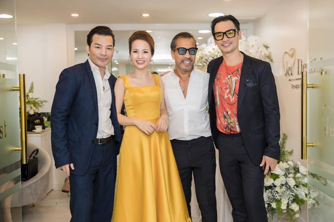 Trần Bảo Sơn cũng góp mặt ở sự kiện nhưng giữ khoảng cách, không chào hỏi vợ cũ Trương Ngọc Ánh. Anh chụp ảnh lưu niệm cùng doanh nhân Phượng Nguyễn, cựu người mẫu - diễn viên Đức Hải và fashionista Thuận Nguyễn.