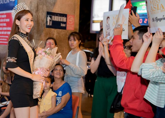 Cô bất ngờ khi thấy nhiều bạn trẻ ra đón mình ở sân bay. Người đẹp quê Vĩnh Long chia sẻ, cô rất hạnh phúc vì trở về với vương miện Hoa hậu châu Á thế giới. Trước đó, Chi Nguyễn chỉ dám đặt mục tiêu đoạt ngôi Á hậu.